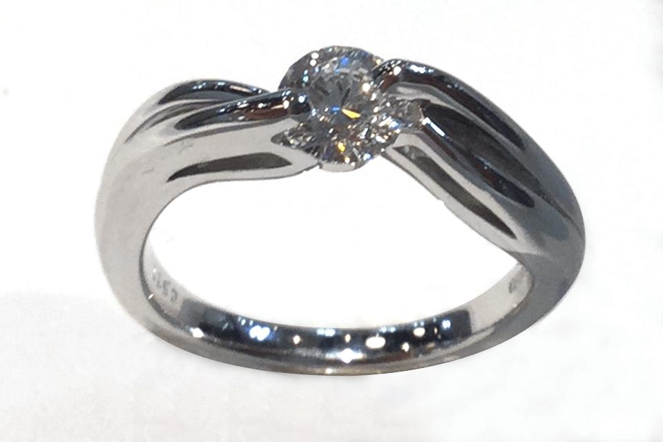 揺れるダイヤモンドリング
