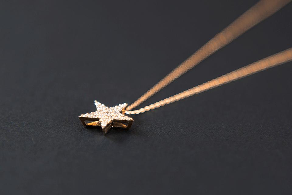 星モチーフのネックレスで胸元キラキラ☆