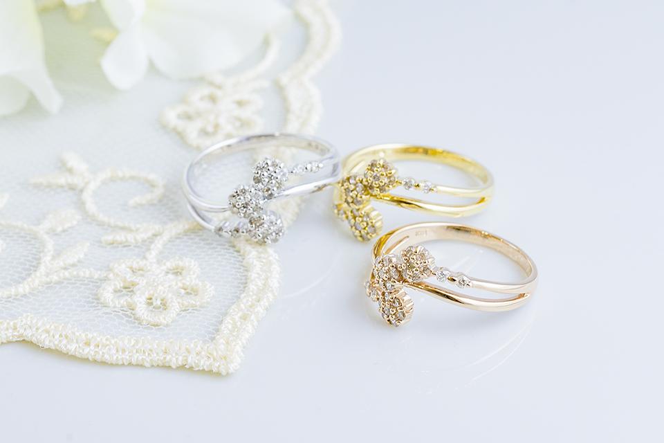 3つの花がキラキラ輝くリング