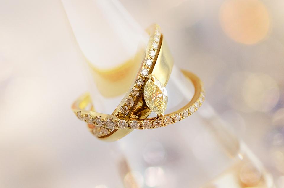 指の上で輝きが交差する、ダイヤモンドリング