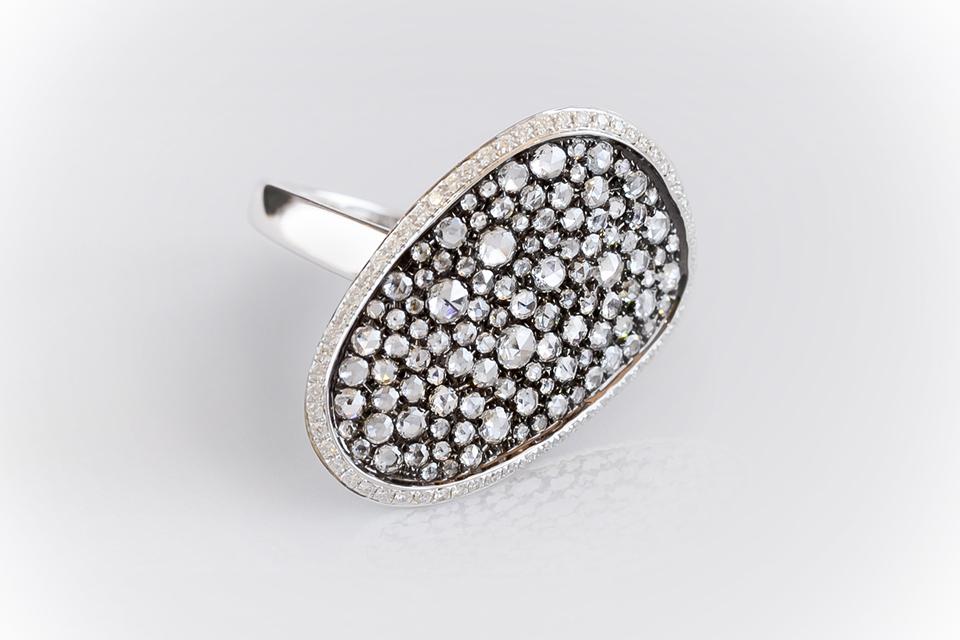 個性的なデザインの、美しいダイヤモンドリング