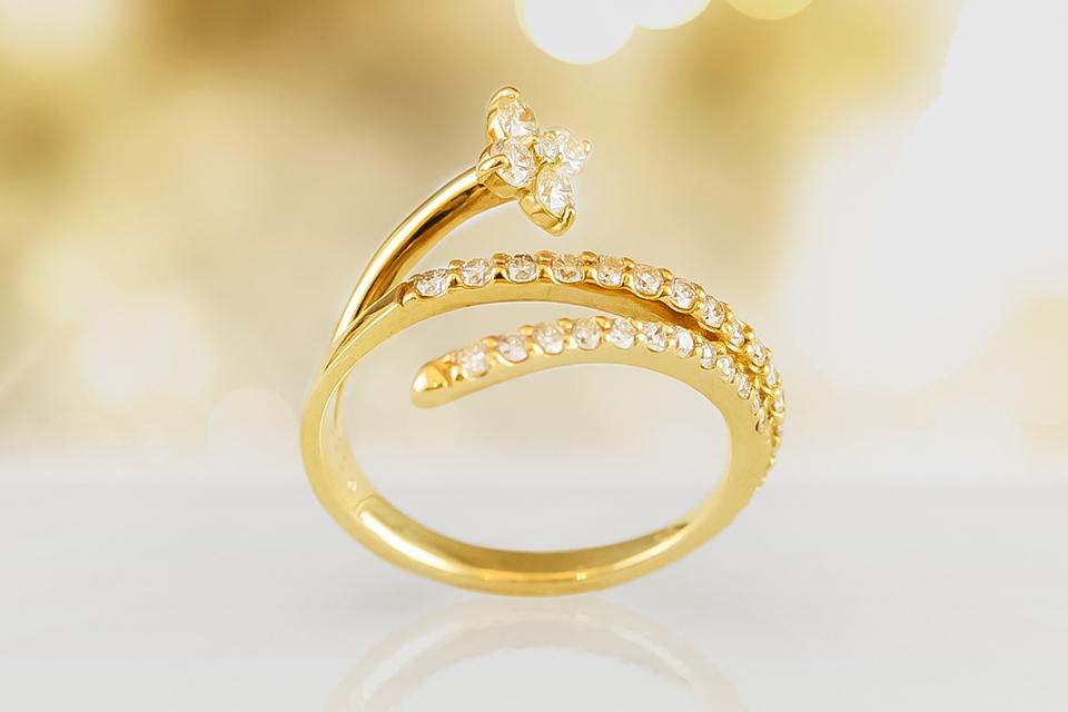 小花が可愛らしい、ダイヤモンドリング