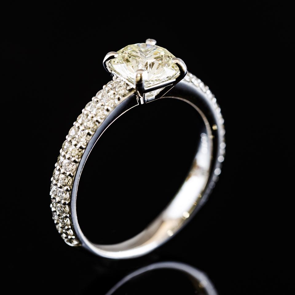プラチナと大粒のダイヤモンドリング