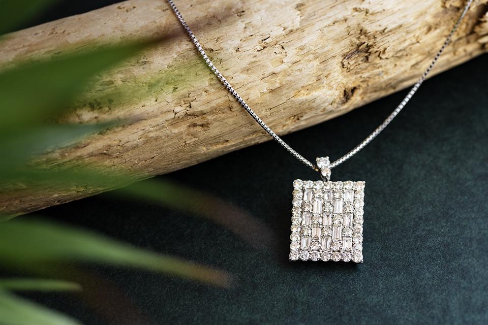 規則正しく並んだダイヤモンドが美しいペンダント