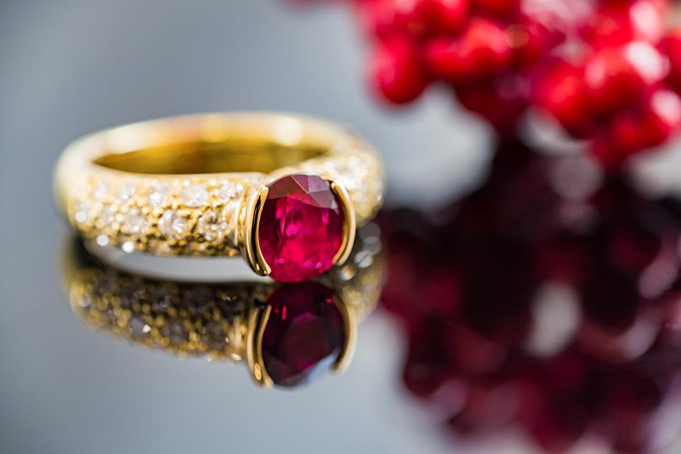 ルビーをダイヤモンドで引き立てる、贅沢なデザインリング