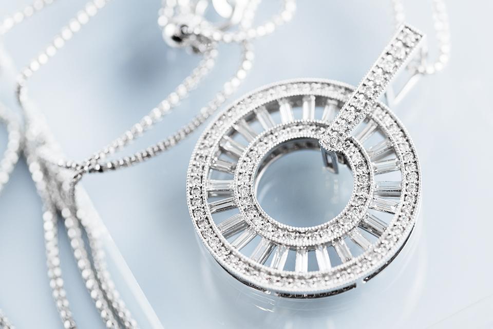 2種類のダイヤモンドを、たっぷり使用した大型ネックレス