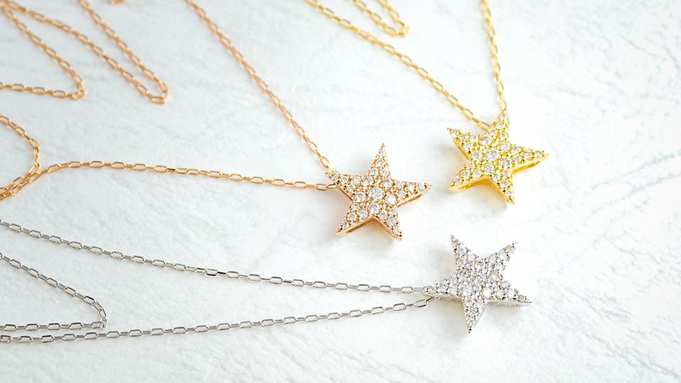 ダイヤモンドがキラリと輝く、大きなスターネックレス