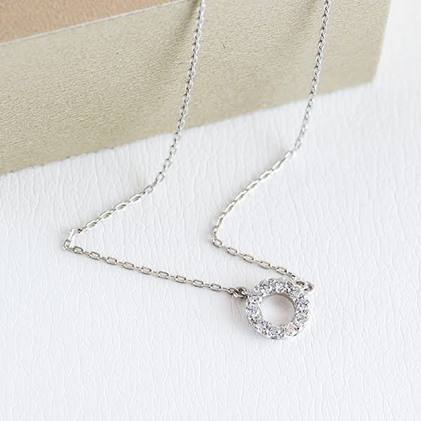 大人可愛いダイヤモンドネックレスで、デコルテラインをしなやかに