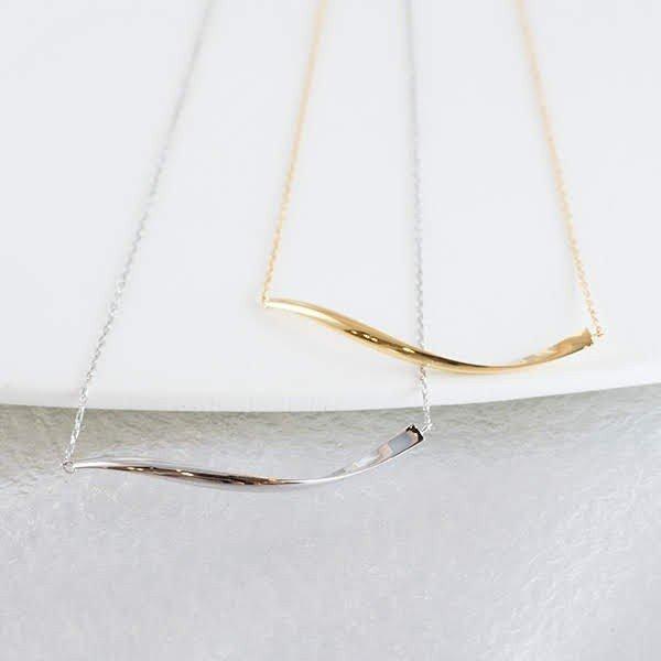 ゴールドの美しさを引き立てる、デザインネックレス