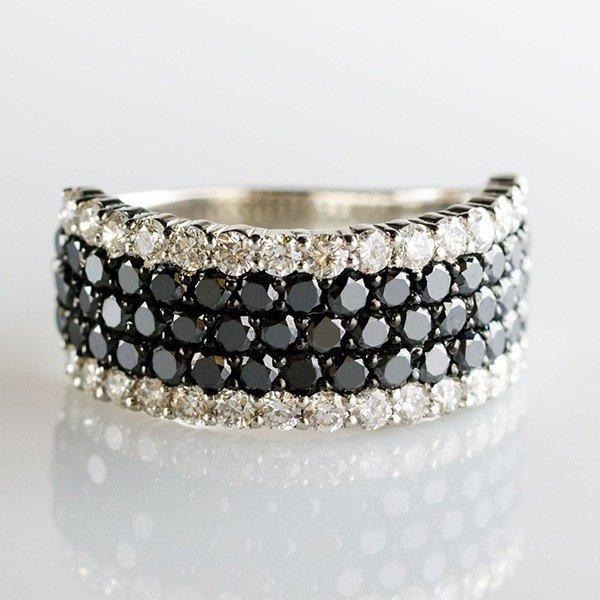 白と黒の見事なコントラスト!ブラックダイヤモンドのデザインリング