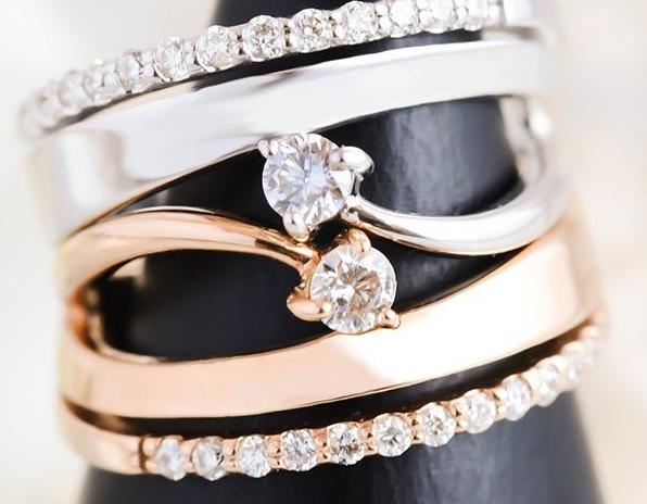 降り注ぐ流星のようにダイヤモンドがきらめくピンキーリング