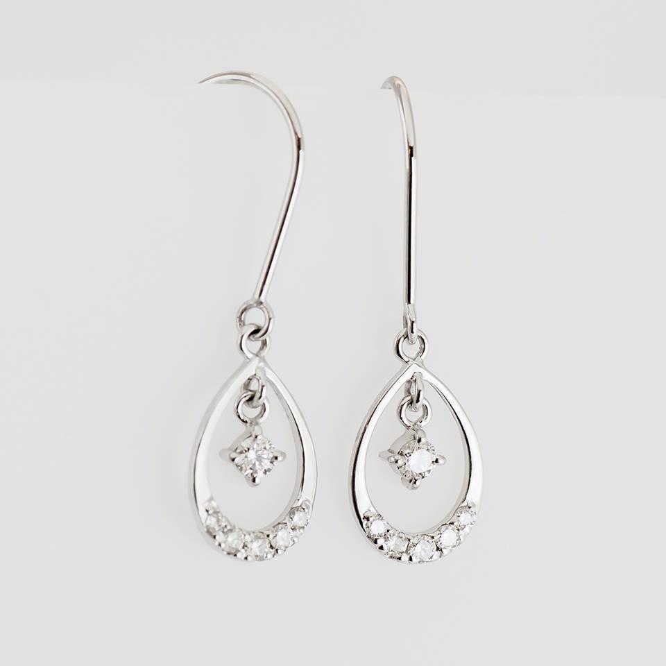 スイングダイヤモンドがゆらゆら!小さくもまばゆい輝きを放つフックピアス