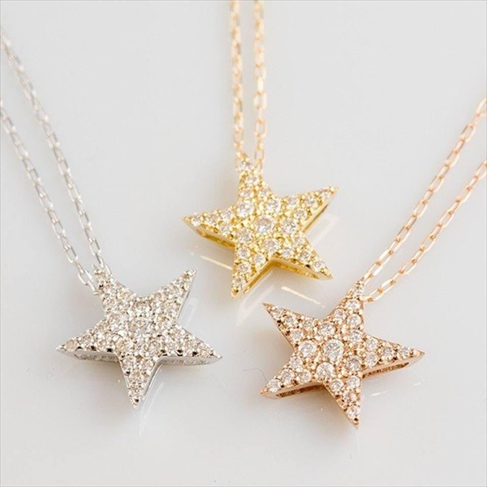 スターカットのデザインが胸元を輝かせる、ダイヤモンドのネックレス
